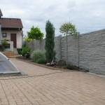 Betonový plot kolem bazénu