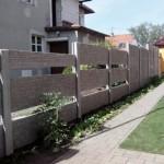 Betonový plot kolem rodinného domu.