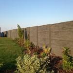 Betonový plot kolem zahrady.