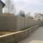 Betonový plot.
