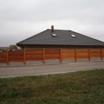 Betonovodřevěný plot kolem rodinného domu.