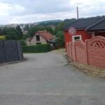 Cesta lemovaná betonovými ploty.