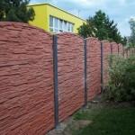 Cihlový betonový plot.