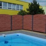 Cihlový plot u bazénu.