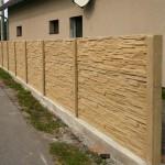 Písková barva betonového plotu.