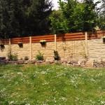 Plot z betonu a dřeva