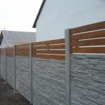 Plot ze dřeva a betonu.