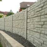 Světlý plot z betonu.