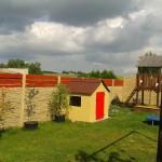 betonový plot kolem dětského hřiště